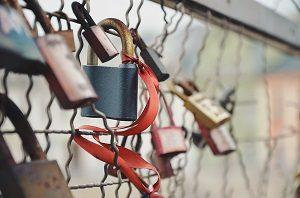 Singles die zusammengehören ketten symbolische Schlösser an Brücken