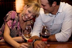Triff dich nie direkt bei deinem Flirt zu Hause mit ihm, wenn es das erste Date ist. Geh auf Nummer sicher und sorge dafür, dass andere Leute in der Nähe sind!
