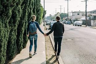 Auch wer schüchtern ist, kann eine Freundin finden.