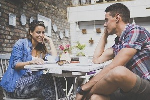 Ein Flirt Chat eignet sich speziell für Singles, die auf Partnersuche oder auf der Suche nach netten Kontakten sind.