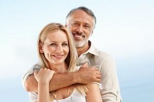 Ihre Ausstrahlung und Reife machen ältere Männer besonders attraktiv.